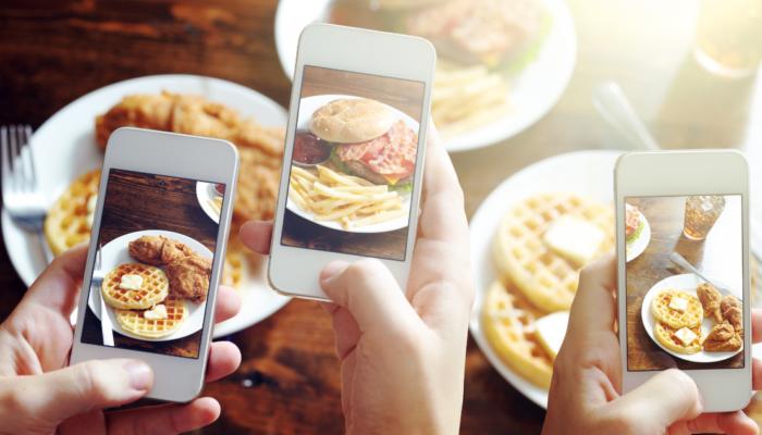 Smartphone che fotografano cibo